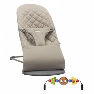 Maitinimo kėdutė- supuoklė SET - Bouncer Bliss (Sand grey, cot.) w/Wooden Toy Vaikiški baldai, maitinimo kėdutės