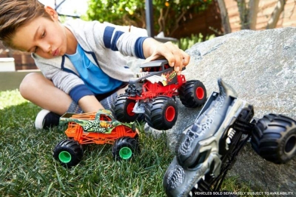 Automobiliukas FYJ83 / GCX23 Hot Wheels Monster Trucks Dairy with Giant Wheels Paveikslėlis 3 iš 3 310820230678